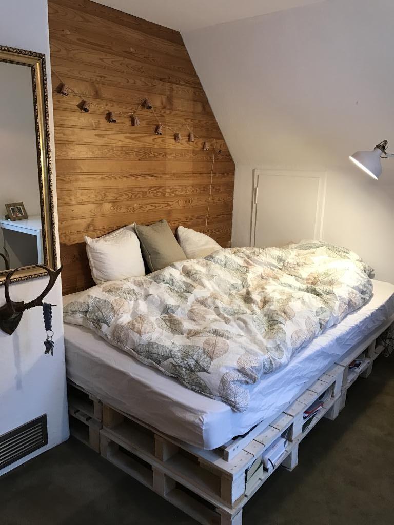 Schönes Palettenbett aus weißgestrichenen Europaletten und ...