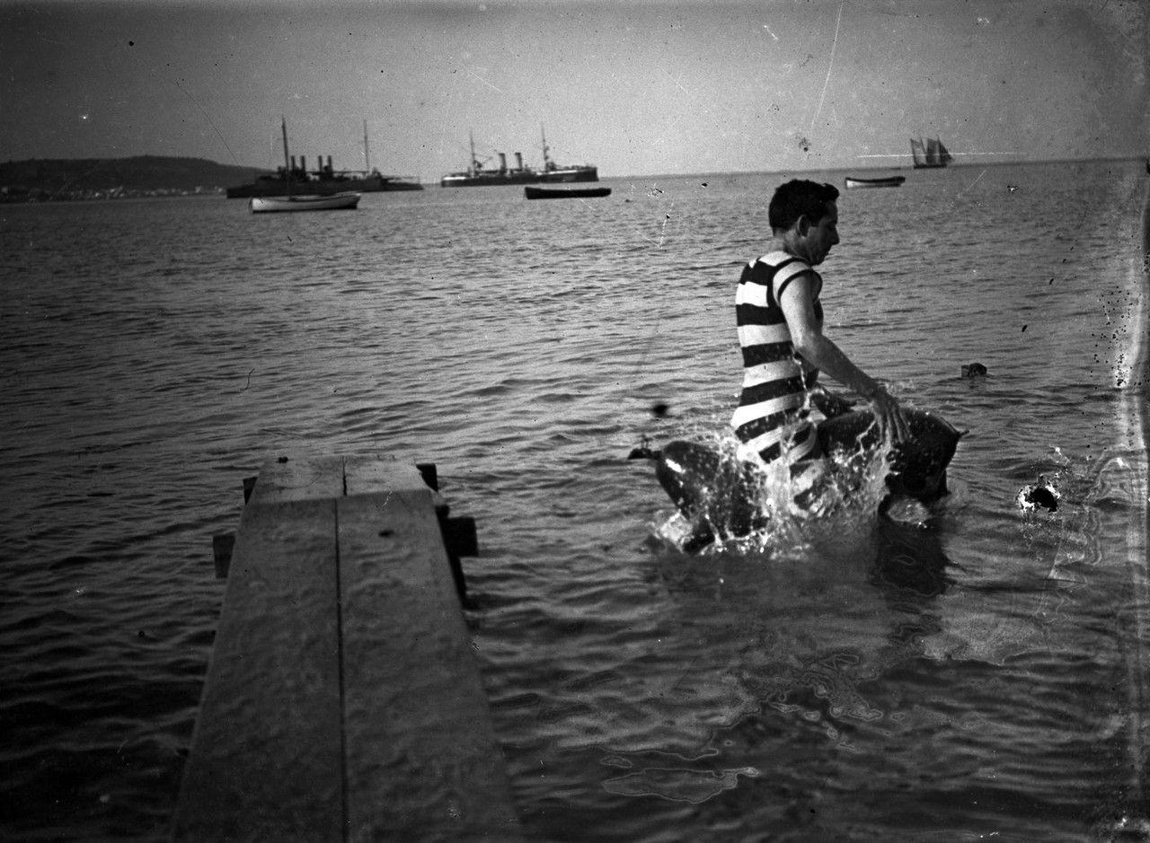 Banhistas na praia de Pedrouços,em 1937