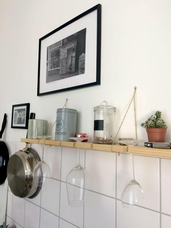 DIY in der Küche! Eine tolle Idee: das hänge Regal mit Haltefunktion ...