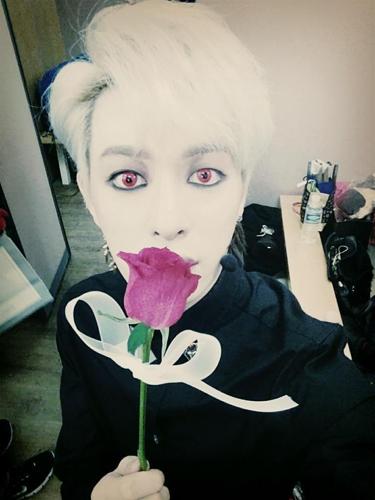 수험생분들 모두 수고했어요!! 나의 장미를 받아라~~^^ #보이프렌드 #WITCH  Donghyun