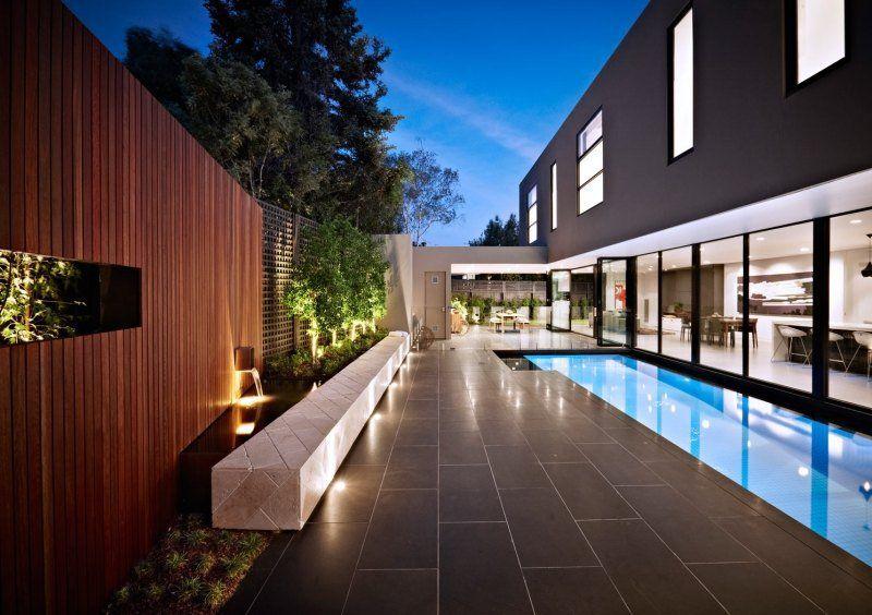 Différents types de spot led extérieur dans le jardin avec terrasse et piscine