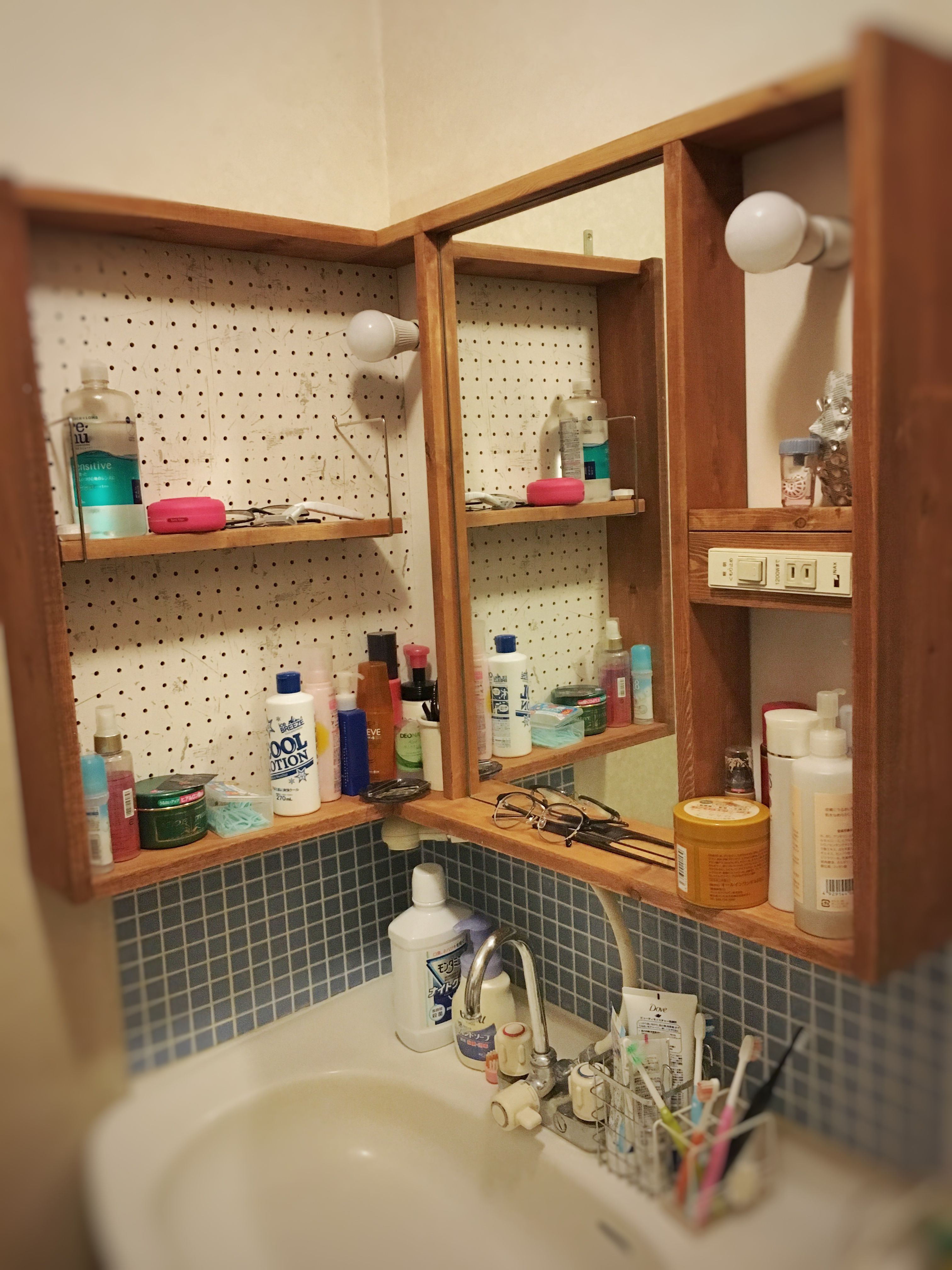 既製の洗面化粧台を取り外して Diyで作ってみましたー タイルを貼ったら大分雰囲気が変わりました 有孔ボードは自由に棚をレイアウトできて便利ですよ Bathroom Medicine Cabinet Cabinet House