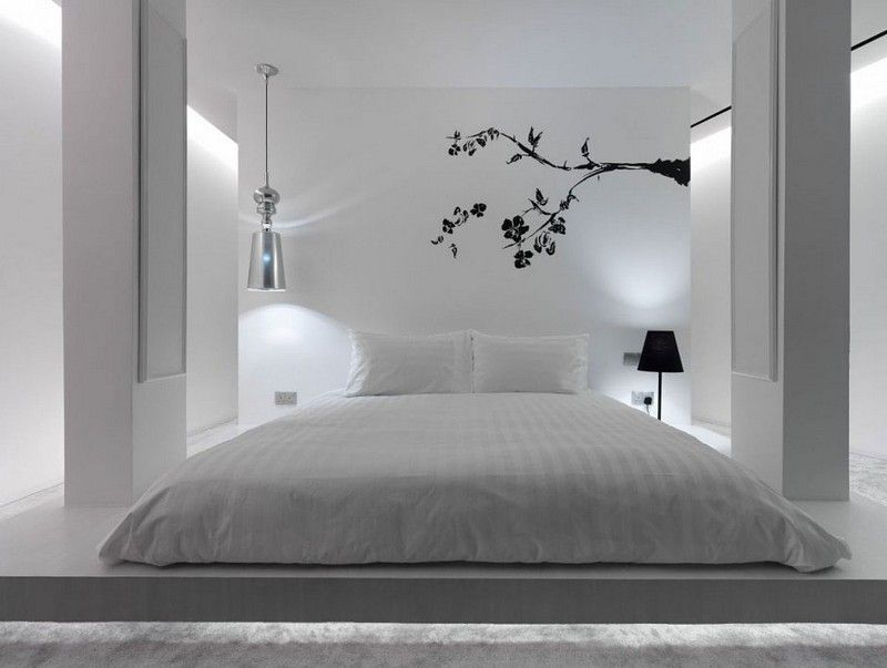 Weißes Schlafzimmer mit Tatami Bett und Wandtattoo wohnen - schlafzimmer komplett in weiss einrichten