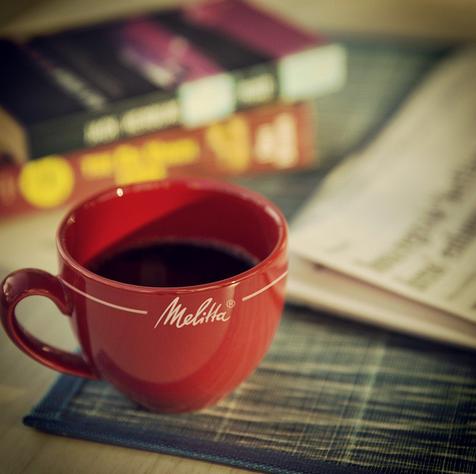 Uma boa leitura sempre cai bem para acompanhar o café. É só escolher entre o jornal e o livro. #passadonahora #coado #horadocafé