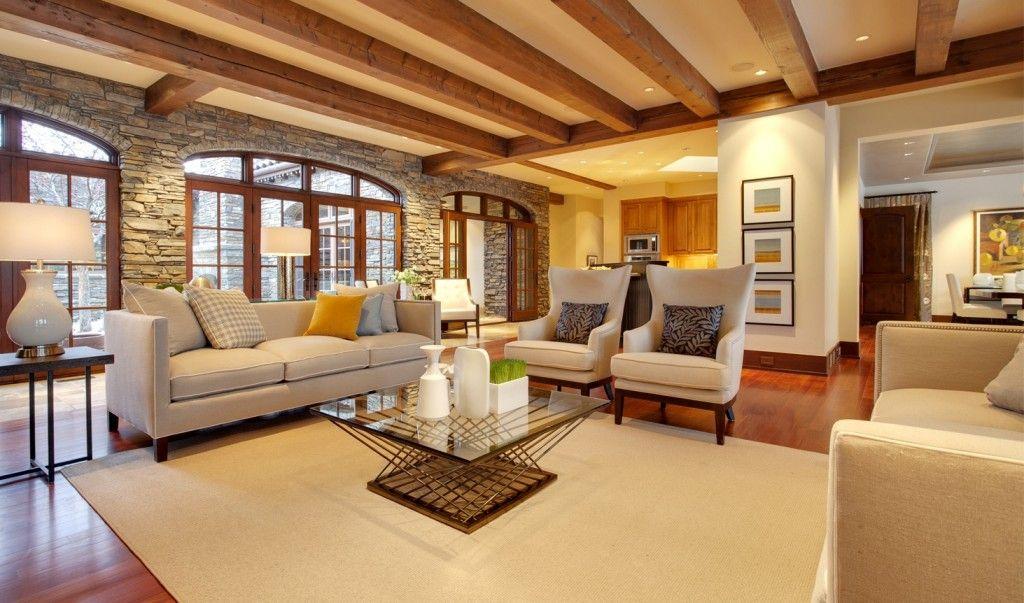 Sala de estar tonos neutros con toques rusticos en madera for Sala de estar madera