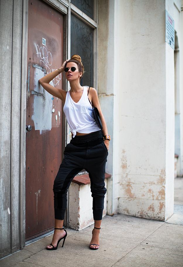 Cabello recogido, la mejor actitud y delicadas sandalias de tacón: | 22 Formas de usar pantalones de ejercicio para ir a trabajar