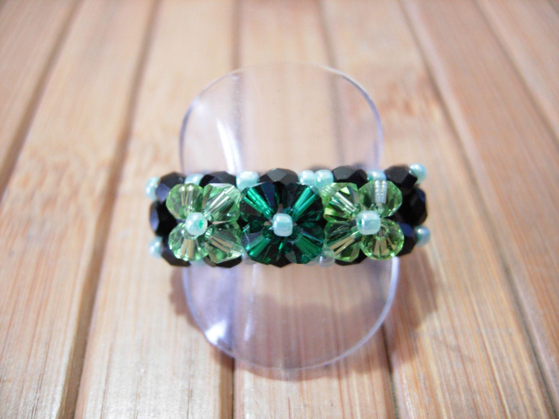 eb30bd680b08 Anillo tres flores con facetadas de base y Swarovski en dos tonos de verde  para las flores.