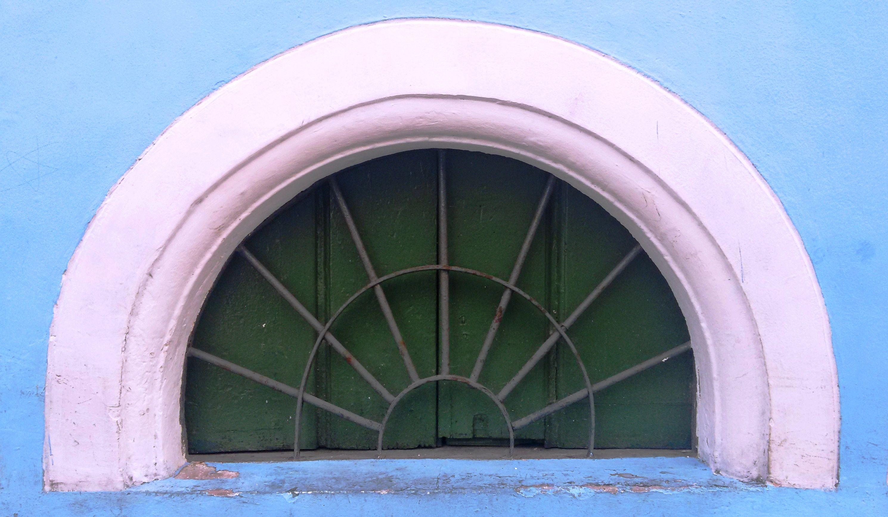 Janela para iluminação de porão de um dos imóveis do conjunto arquitetônico histórico de Salvador.