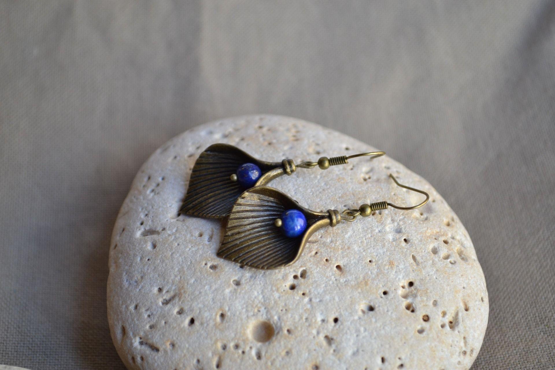 Boucles d'oreilles avec fleur d'arum contenant une perle de lapis lazuli : Boucles d'oreille par libelula-crea