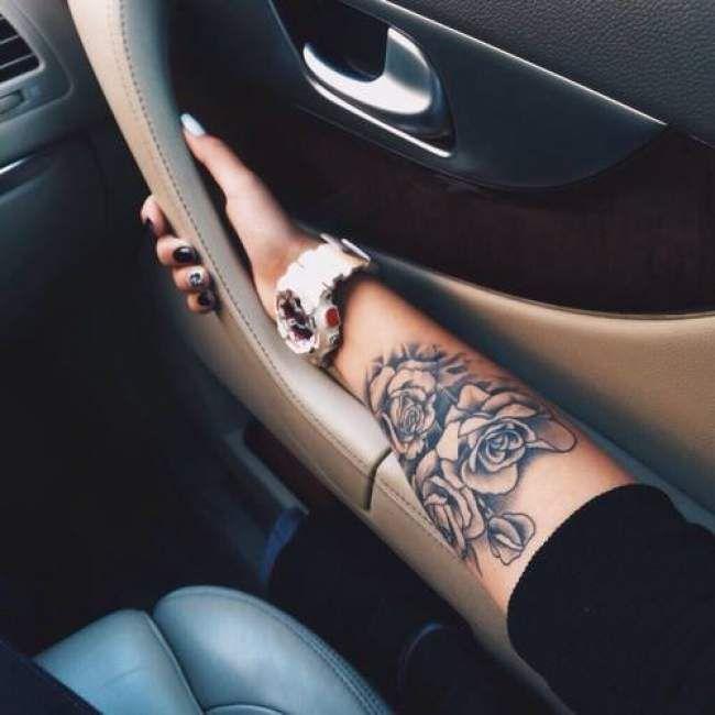Tatouage De Femme Tatouage Roses Noir Et Gris Sur Bras