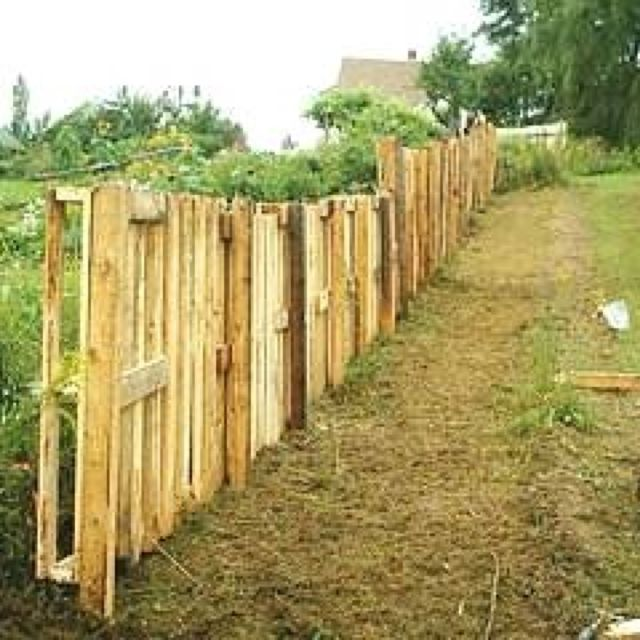 Making a privacy fence out of pallets for the home for Diy pallet privacy fence