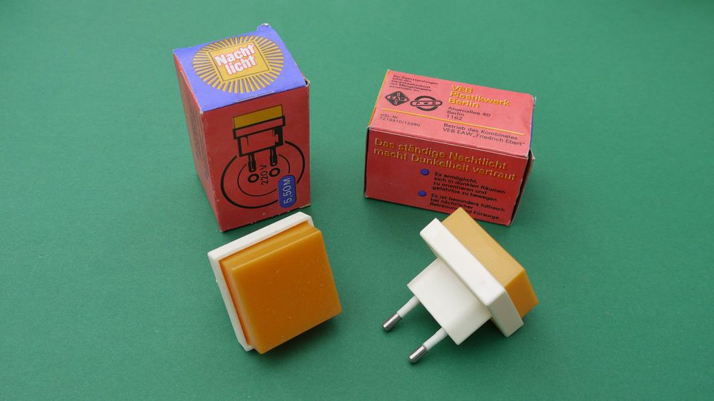 2x DDR Nachtlicht Steckdosenlicht Orientierungslicht Notlicht orange Steckdose