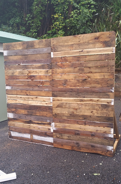 pallets make great backdrops … (With images) | Head table ...