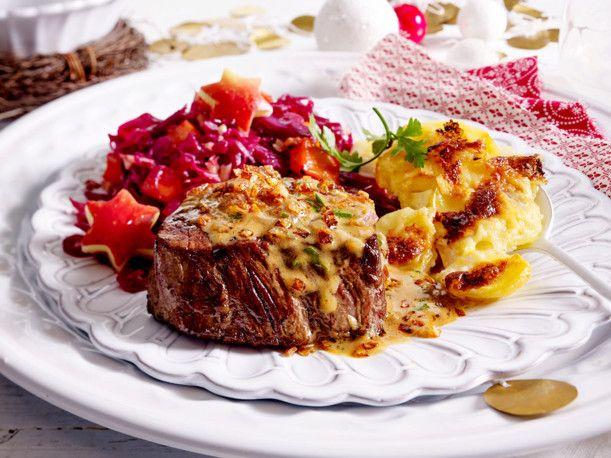 steak mit r stzwiebel cognac so e und gratin rezept essen und trinken weihnachtsessen. Black Bedroom Furniture Sets. Home Design Ideas