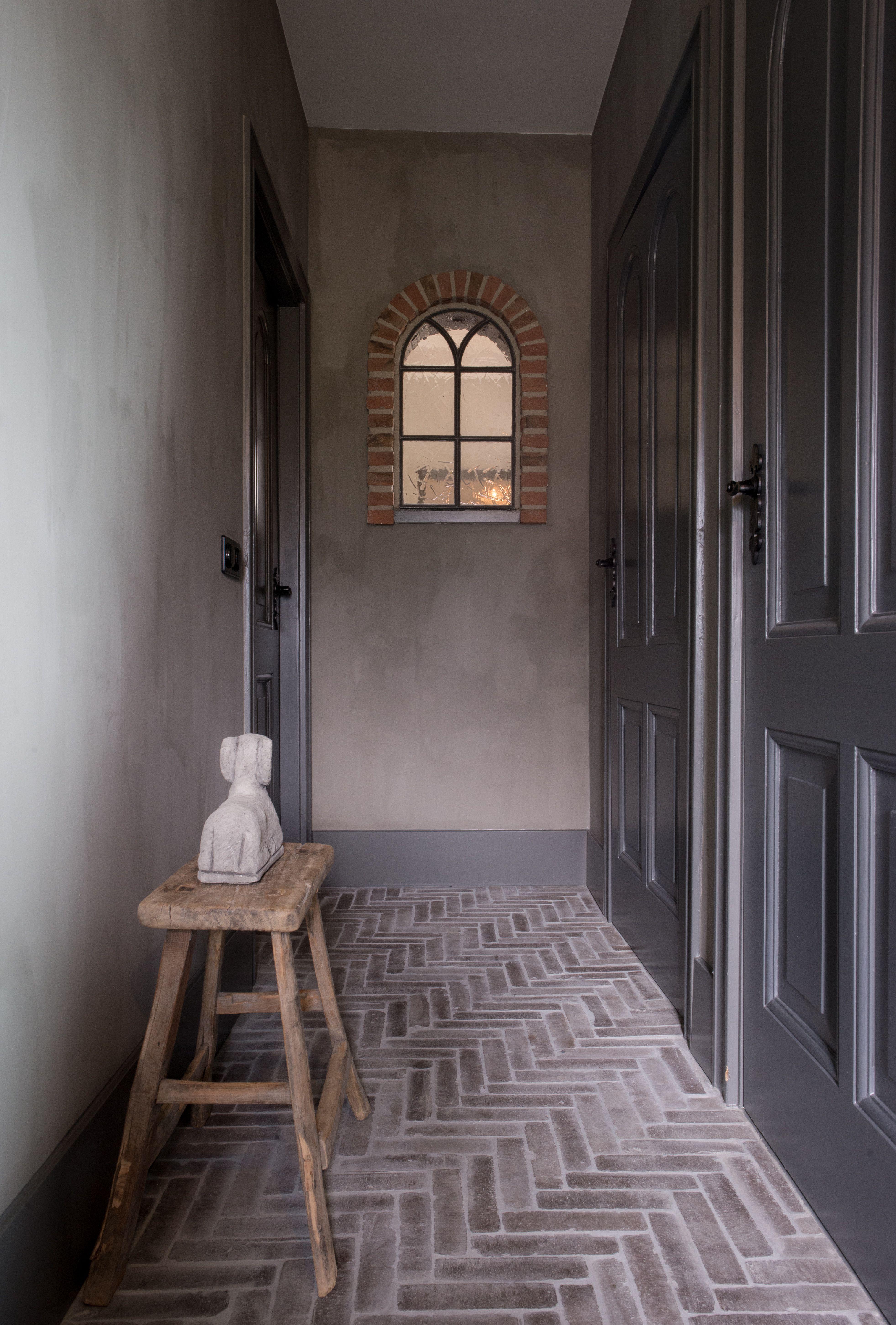 Hal in landelijke verweerde stijl met klinkers in huis for Behang trapgat