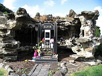 """Melbourne General Cemetary, AUSTRALIA  In Evergreen Memory of ELVIS ARON PRESLEY BORN TUPELO, MISSISSIPPI 8.1.1935. DIED MEMPHIS, TENNESSEE 16.8.1977. """"IN GRATITUDE, FROM THE MILLIONS TO WHOM YOU GAVE SO MUCH"""""""
