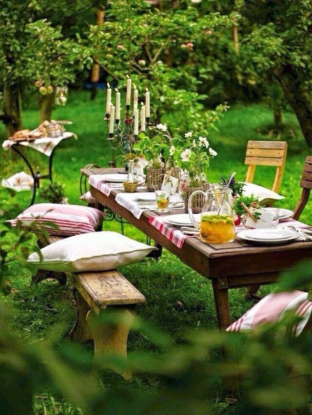 romantisches picknick im garten mit kissen kerzen. Black Bedroom Furniture Sets. Home Design Ideas