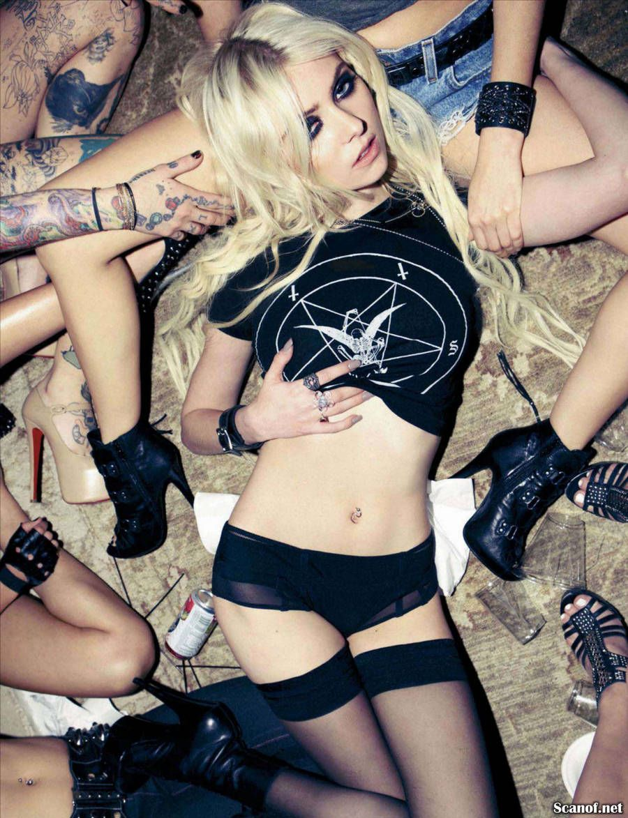 Pretty nude reckless momsen taylor
