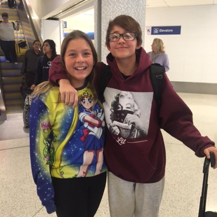 He met a fan in the airport omg I'm crying ahh