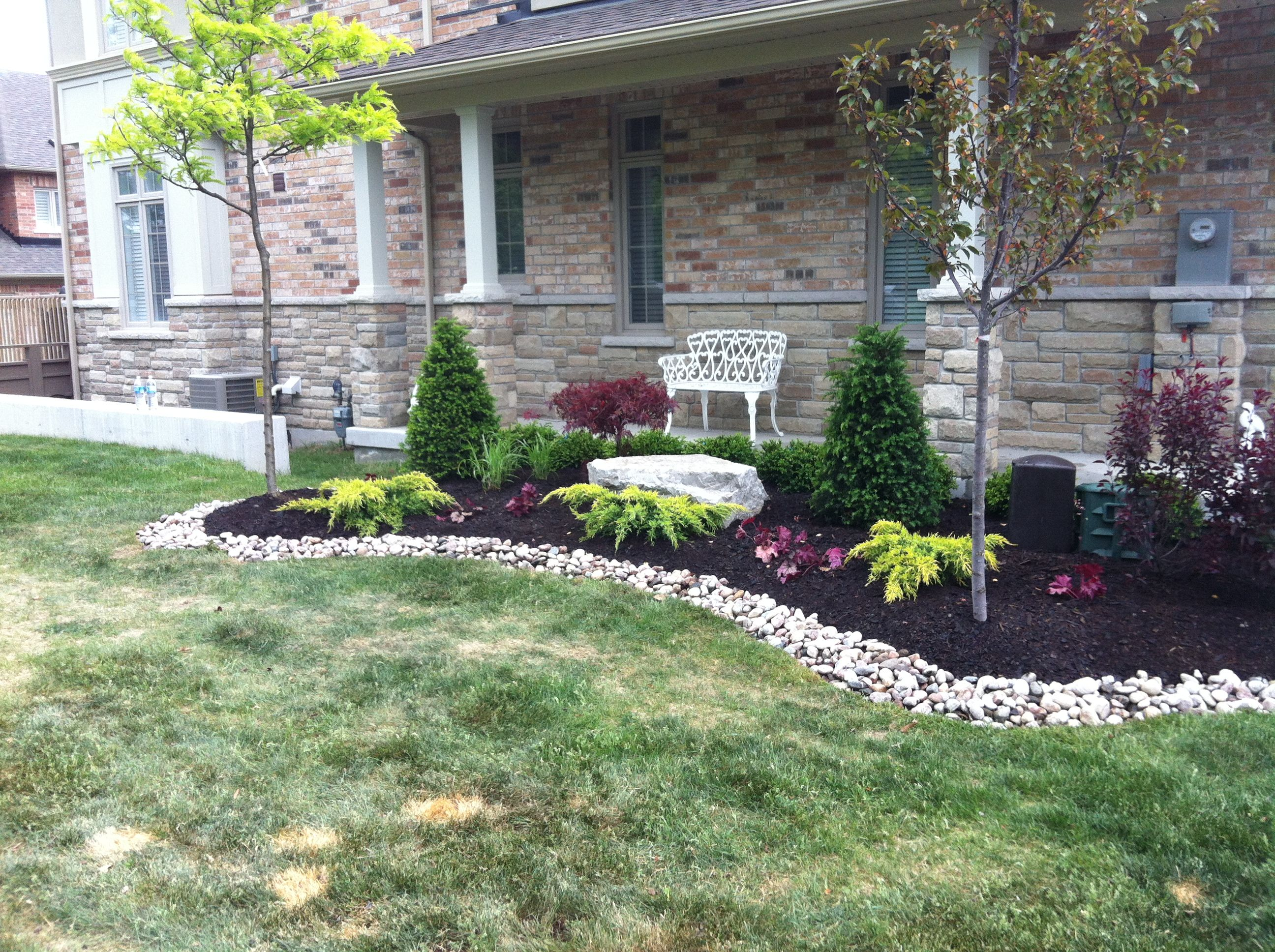 Low maintenance landscape design ideas low maintenance for Colorful front yard landscaping