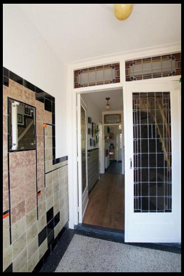 Mooi tegels lambrisering en klapdeuren met glas in lood in de hal van een jaren 30 woning in - Deco entreehal ...