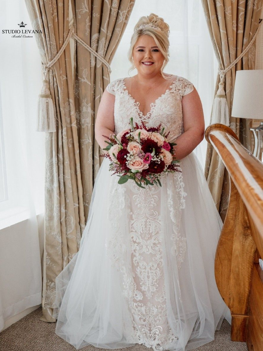 Amazing Curvy Bride In A Classic Flattering Lace Wedding Gown With Tulle Overskirt By St Wedding Dress Inspiration Beautiful Wedding Dresses Wedding Gowns Lace [ 1182 x 887 Pixel ]