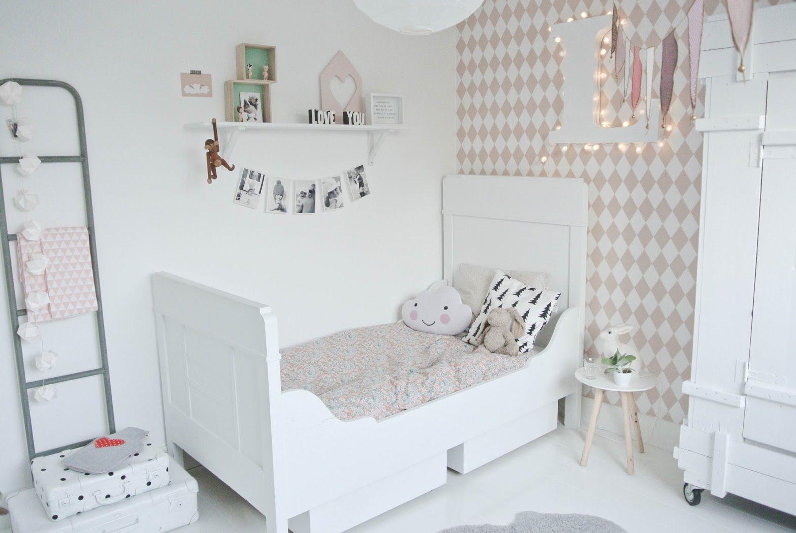 Behang Kinderkamer Scandinavisch : Make over lola s slaapkamer op t lekker fris met behang van