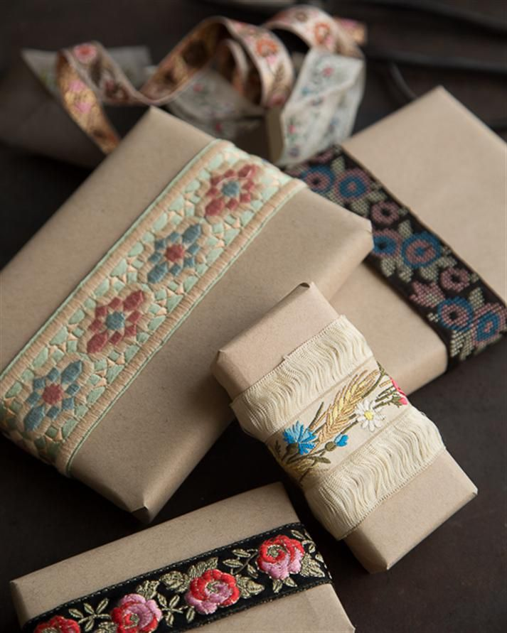 (A través de CASA REINAL) >>>>  ~Vintage Ribbon Holiday Wrapping via Sweet Paul