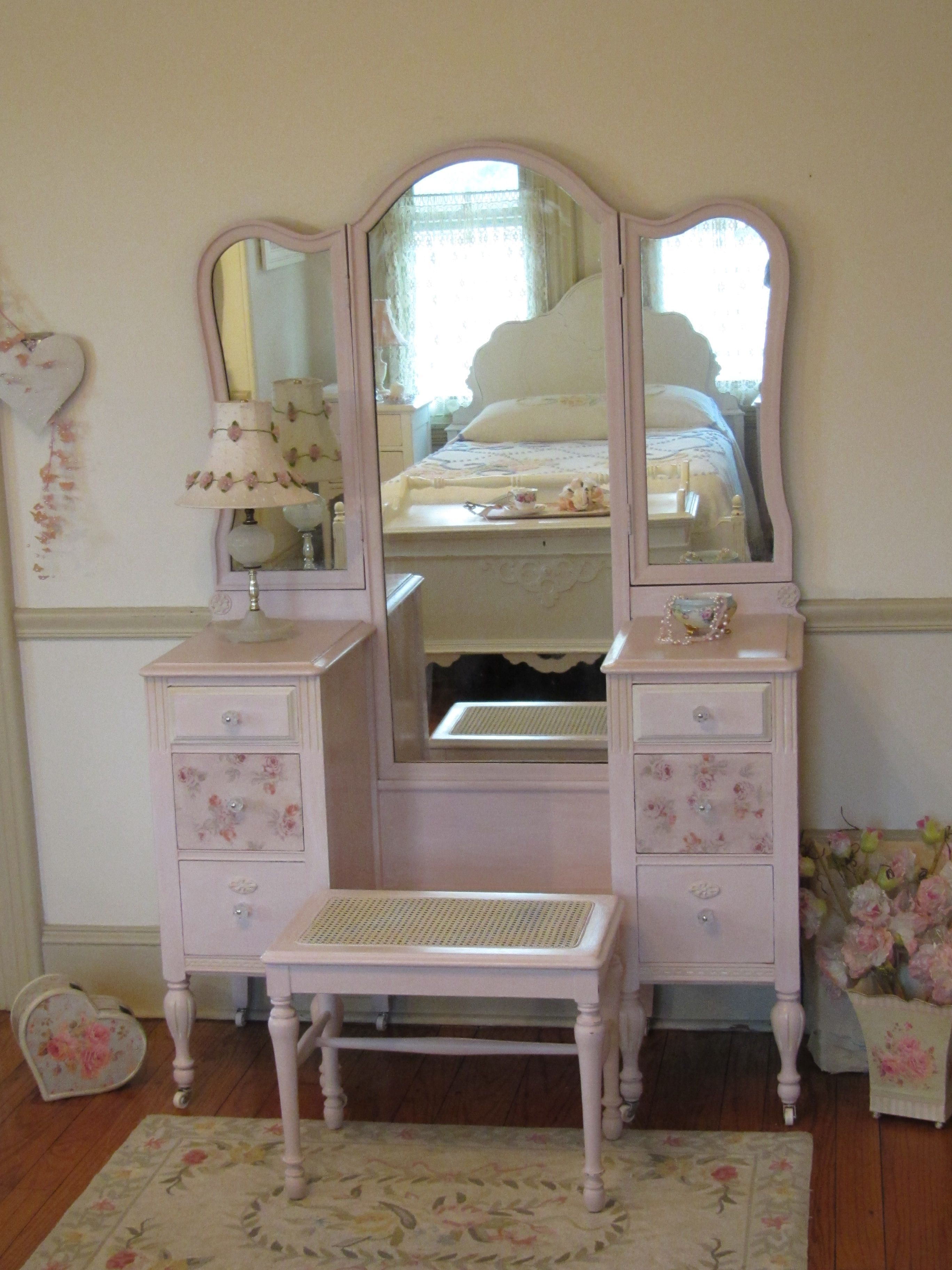 Beautiful Pink Antique Vanity With Tri Fold Mirror And Cane Bench Forever Pink Cottage Chic Shabby Chic Wall Decor Shabby Chic Interiors Shabby Chic Frames