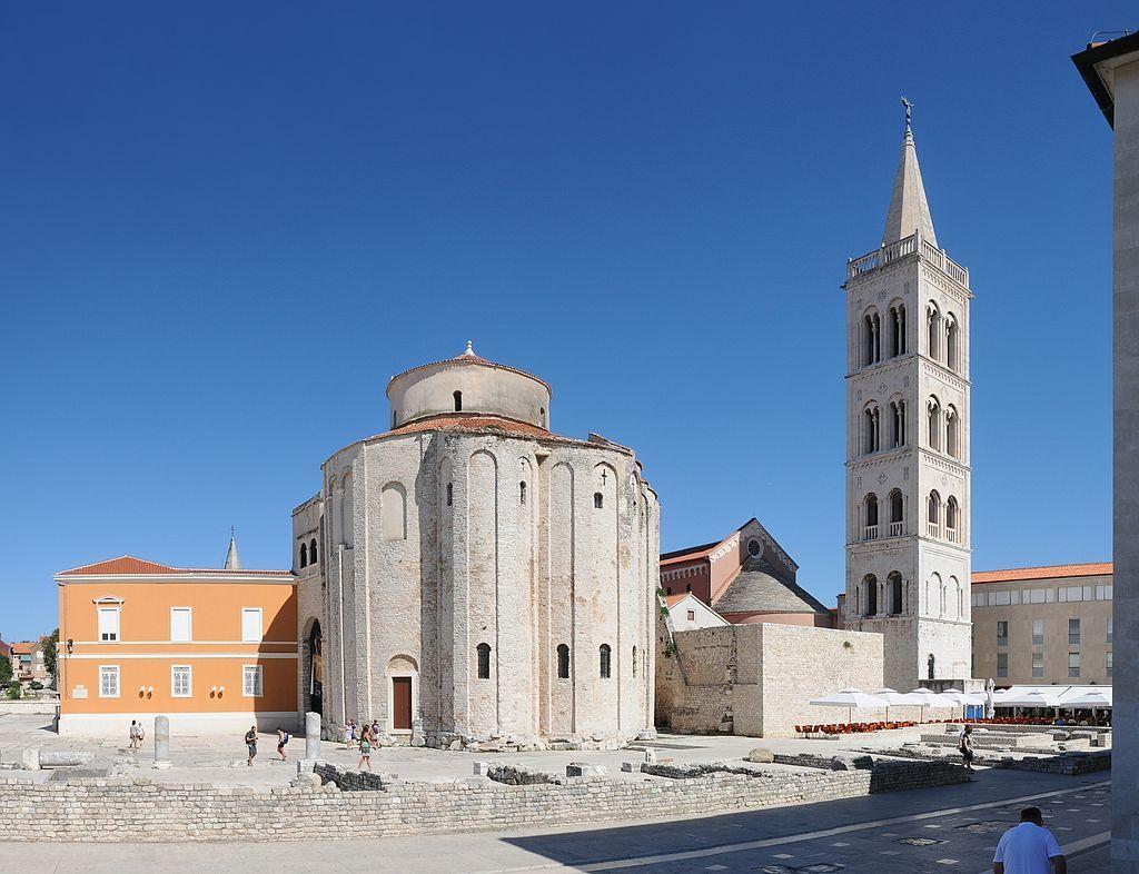 links Kirche Sv. Donat, rechts: Kirchturm der Kathedrale der Hl. Anastasia in Zadar .