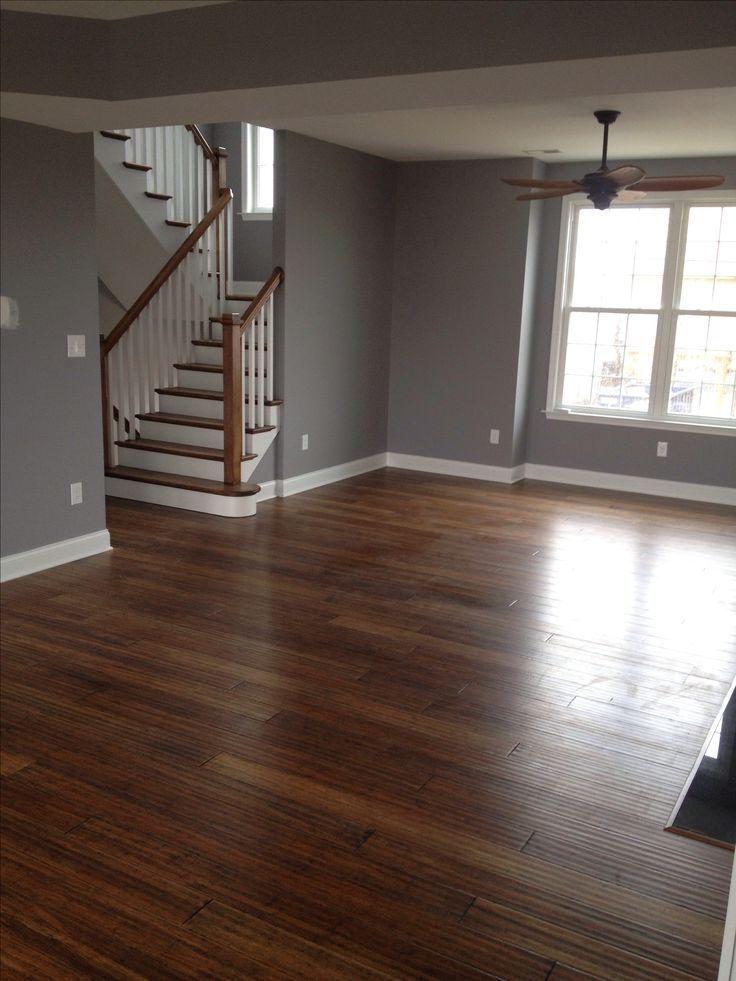 Holzboden, graue Wände, weiße Fußleisten #darkflooring