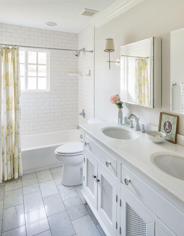 Gelb Floral Duschvorhang Und Weißen Gebaut In Der Wanne