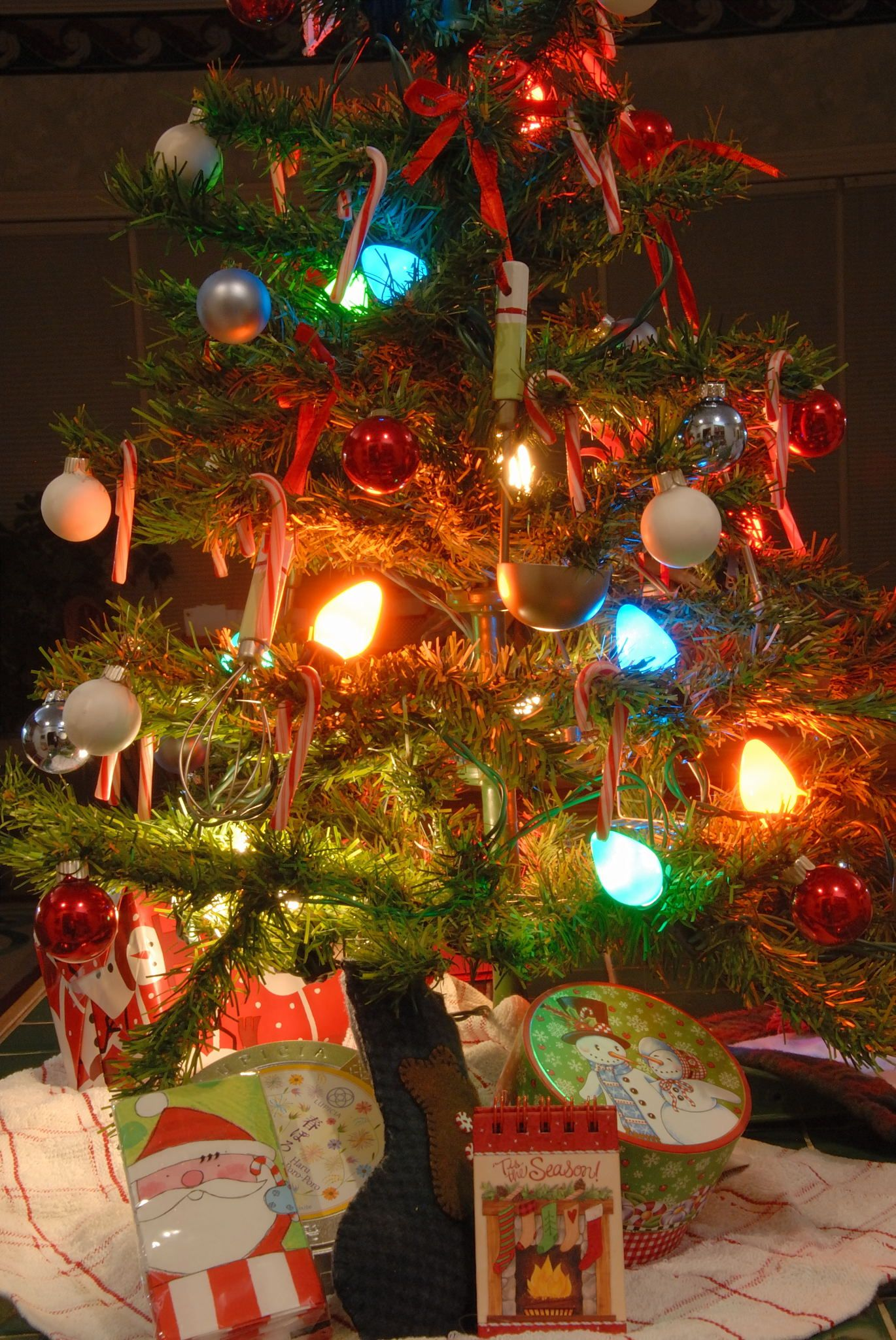 Kitchen tree tiny tree with old fashioned lights for Antique christmas tree decoration