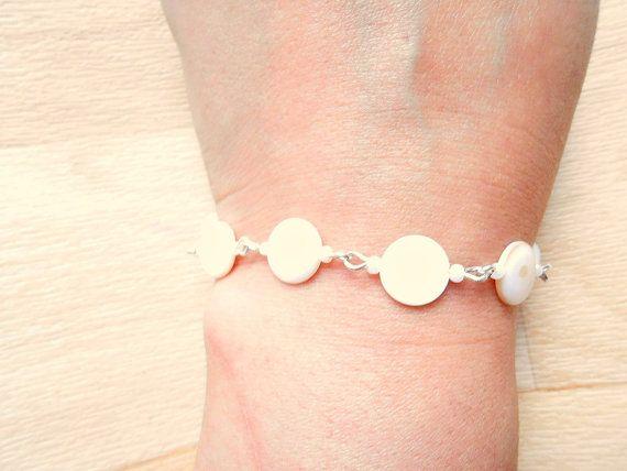 White Seashell Bracelet  Beaded Bracelet  Seashell by SkadiJewelry