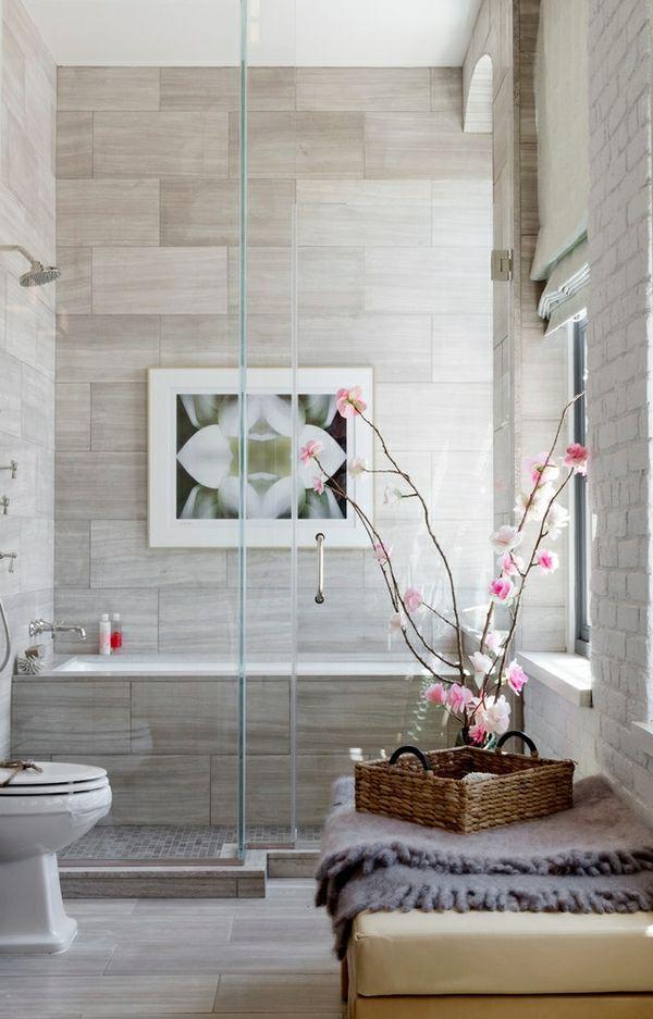 schönes bad mit einer gefliesten dusche, einem bild an der wand, Hause ideen