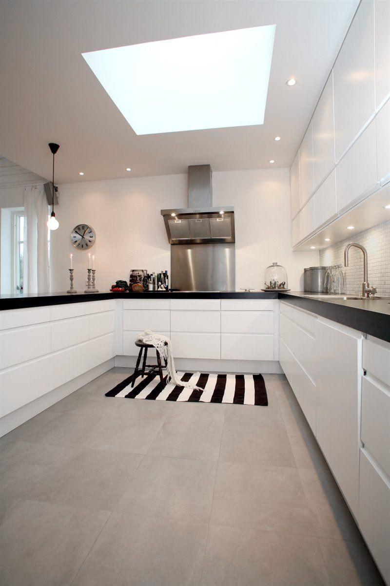cuisine blanche avec plan de travail noir