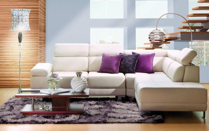Modernes Wohnzimmer lila Dekokissen Teppich Kaffeetisch Lampe ...