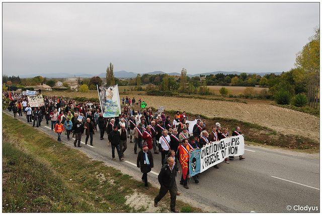 La vigilance et la mobilisation sont toujours de mises pour les collectifs citoyens opposés à l'exploitation du gaz et de l'huile de schiste, comme le montrent ces images de la manifestation de Barjac, dimanche 23 octobre 2011.   http://parapharmacie-en-ligne.eklablog.com/viveo-vous-fait-decouvrir-l-aromatherapie-avec-ses-41-differentes-huil-a96991065