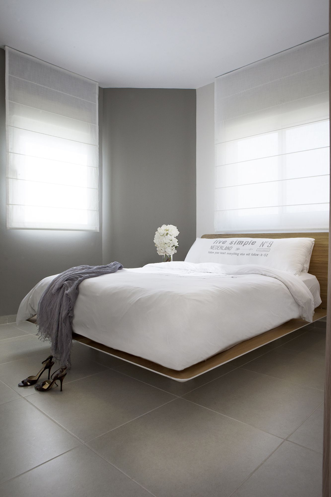 white bedroom wooden bed modern designed by dana shaked חדר שינה