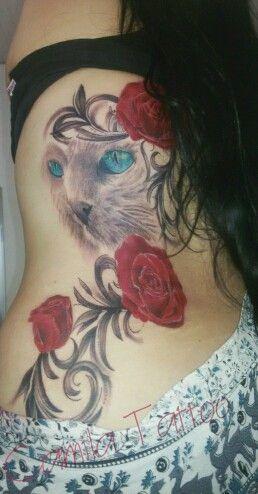 Tatuagem de gato com ramo de flores, desenho criado com exclusividade