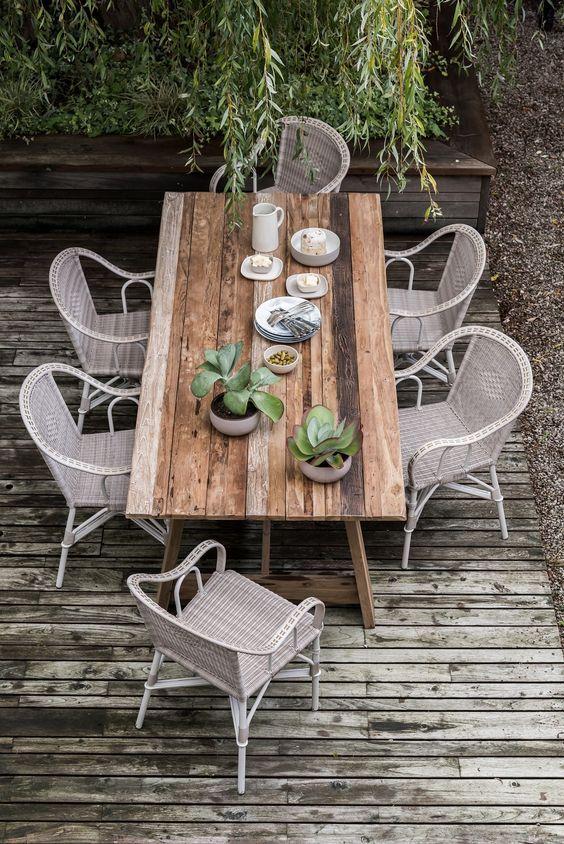 Table d\'extérieur en bois brut | Garden table, Teak table ...
