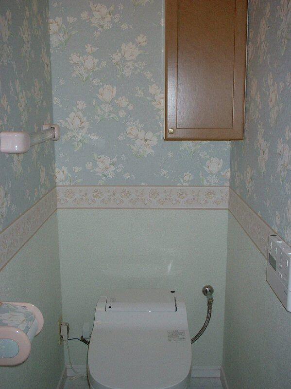 トイレのリフォーム前に ブルー系の花柄壁紙と消臭効果のある壁紙