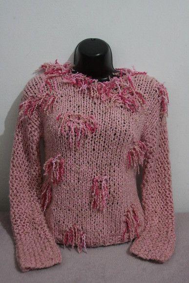 Blusa fechada trabalhada em croche ,com detalhes de fios tons de rosa . R$50,00