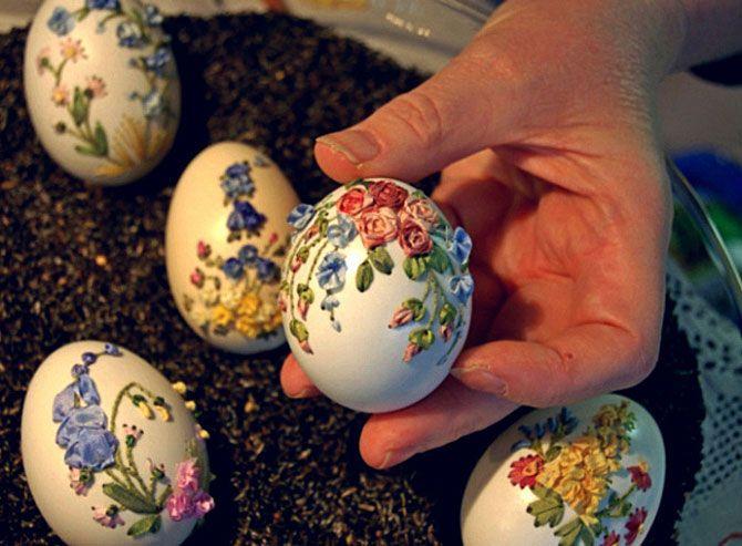 Cáscara de huevo con flores bordadas.  Arte inusual Elizabeth Klein