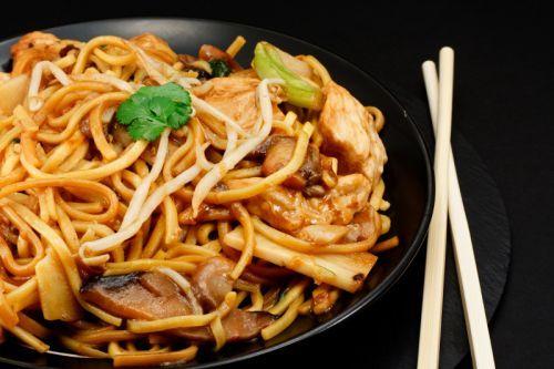 La Meilleure Recette Facile De Chow Mein Au Poulet Recipe Chow Mein Recipe Chow Mein Asian Recipes