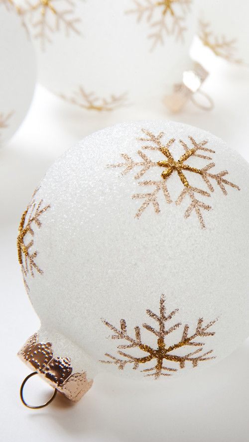 White And Gold Christmas Ornaments Iphone Wallpaper Wallpaper Iphone Christmas Gold Christmas Wallpaper Gold Wallpaper Iphone