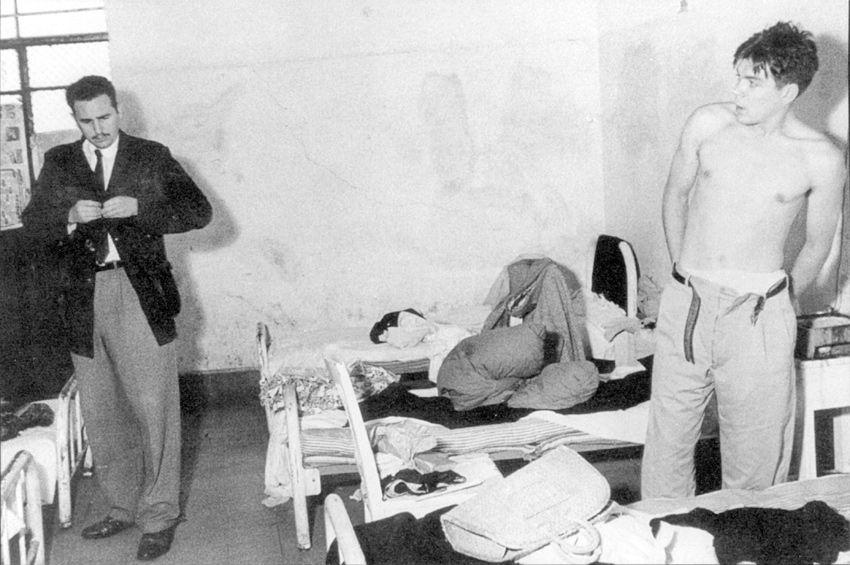 """1956. A mediados de 1956, en plena actividad preparatoria en México, Fidel Castro y un grupo de futuros expedicionarios fueron apresados por las autoridades de aquel país y recluidos durante varias semanas en la cárcel. En carta enviada a sus padres en los días iniciales de julio de 1956, Ernesto Guevara escribía: """"Hace un tiempo, bastante tiempo ya, un joven líder cubano, me invitó a ingresar a su movimiento, movimiento que era de liberación armada de su tierra, y yo, por supuesto, acepté."""""""