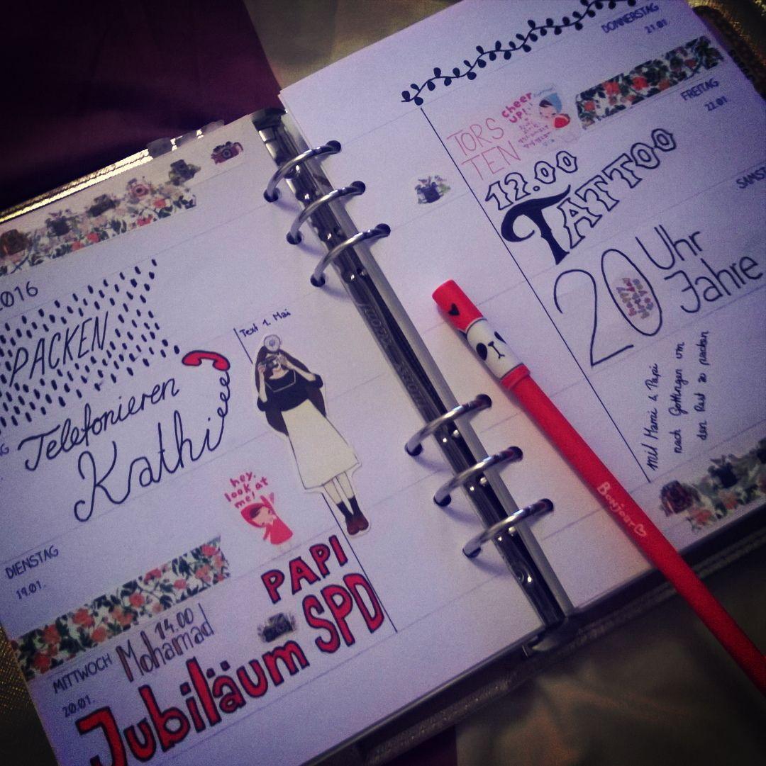 """Und #KW03 aka meine Geburtstagswoche (was mir aber erst nach dem dekorieren eingefallen ist sonst wäre sie wohl auch """"geburtstagiger"""") #ladolcevita #dolcevitamädchen #dolcevitagirls #diarystickers #cutestationary #plannerlove #plannersupplies #plannercommunity #plannergirl #plannerfanatic #planneraddict #plannernerd #filomaniac #filofaxing #filofaxerei #filofaxlove #filolove #filofaxaddict #filofaxsupplies #filofax #plannerstickers #sticker #washiaddict #washified #maskingtape #washitapes…"""