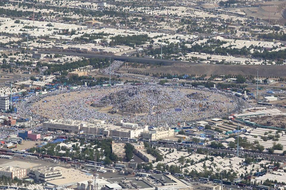 AA Ekibi, Arafat'ı Havadan Görüntüledi  Bu sene 2 milyonu aşkın hacı adayı, dünyanın birçok yerinden kutsal topraklara gelerek Arafat'a çıktı. Dün geceden itibaren Mekke içerisinden kafileler halinde Arafat bölgesine gelen hacı adayları, Arafat'a gelerek çadırlarına yerleşti.