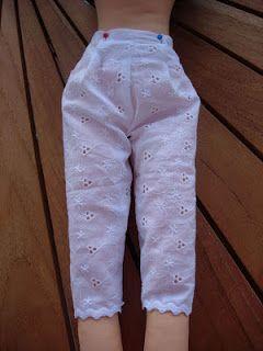 Adapte o molde ao tamanho da boneca, medindo do joelho até a cintura.         Corte 2 vezes         Aplique a renda       Costure n...